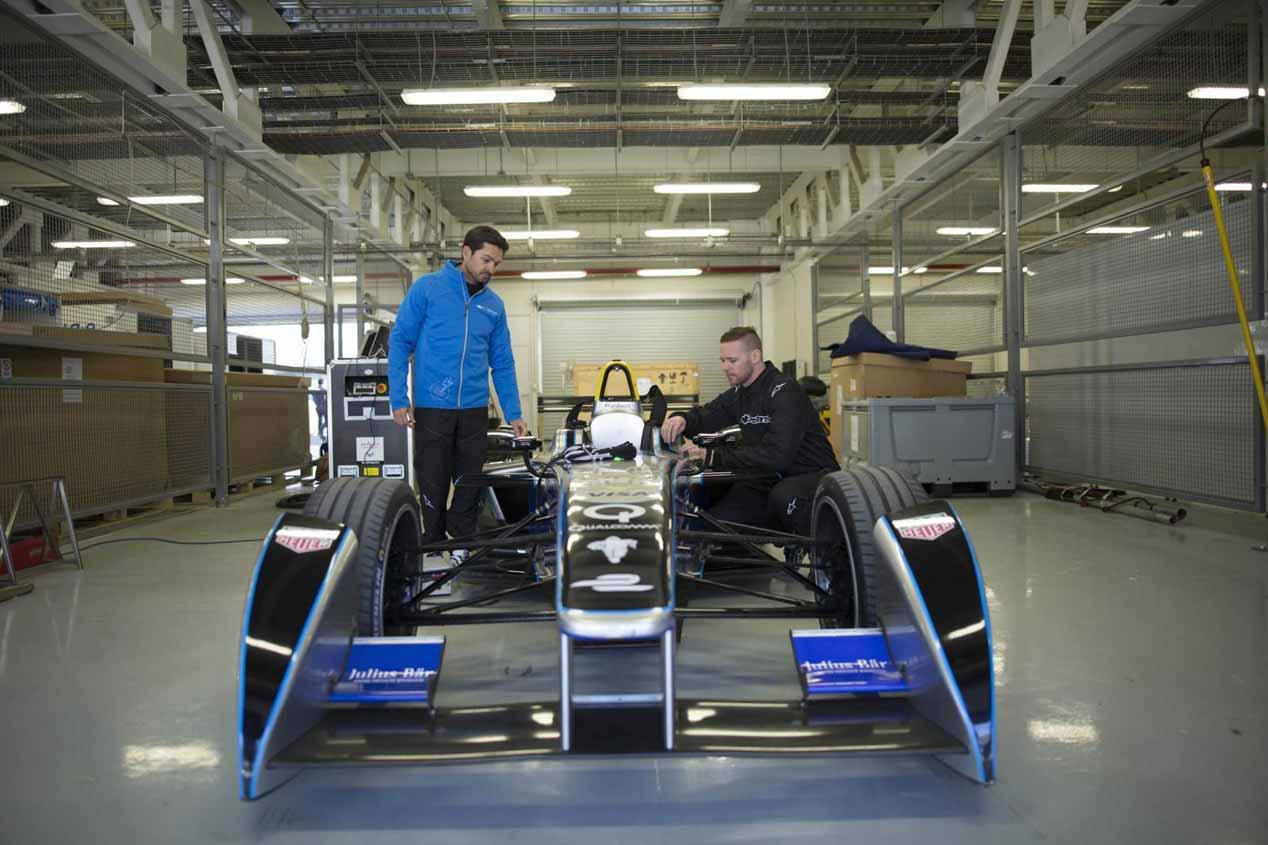 Peligroso salto hacia atrás sobre un Fórmula E rodando