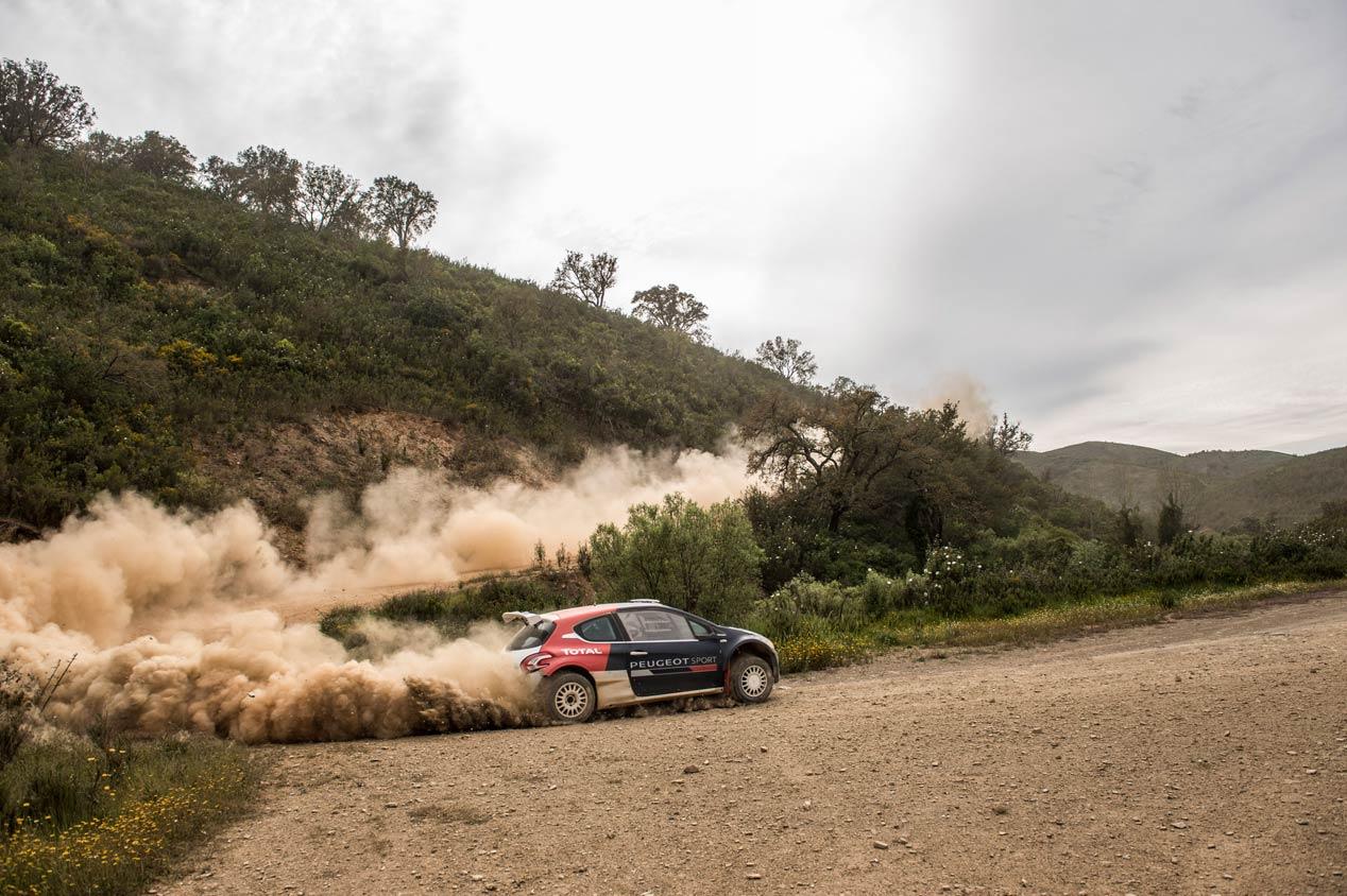 Carlos Sainz, en la puesta a punto del Peugeot 208 T16 R5 en Portugal