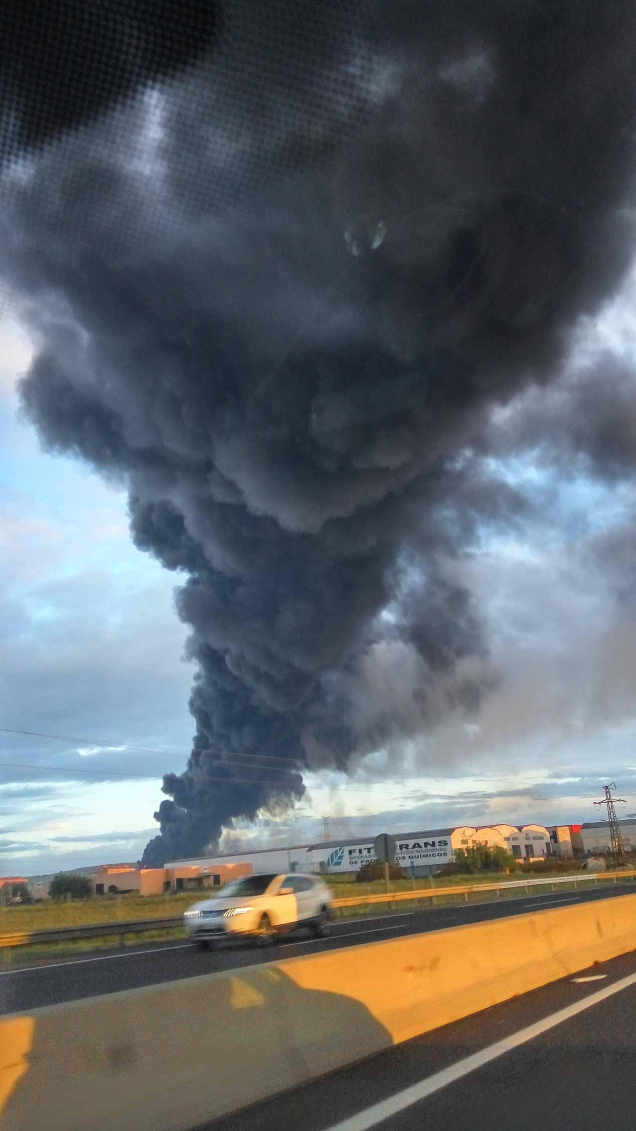 Fotos del incendio del cementerio de neumáticos más grande de Europa