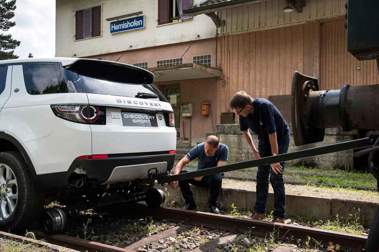 Un Land Rover Discovery Sport remolcando un tren