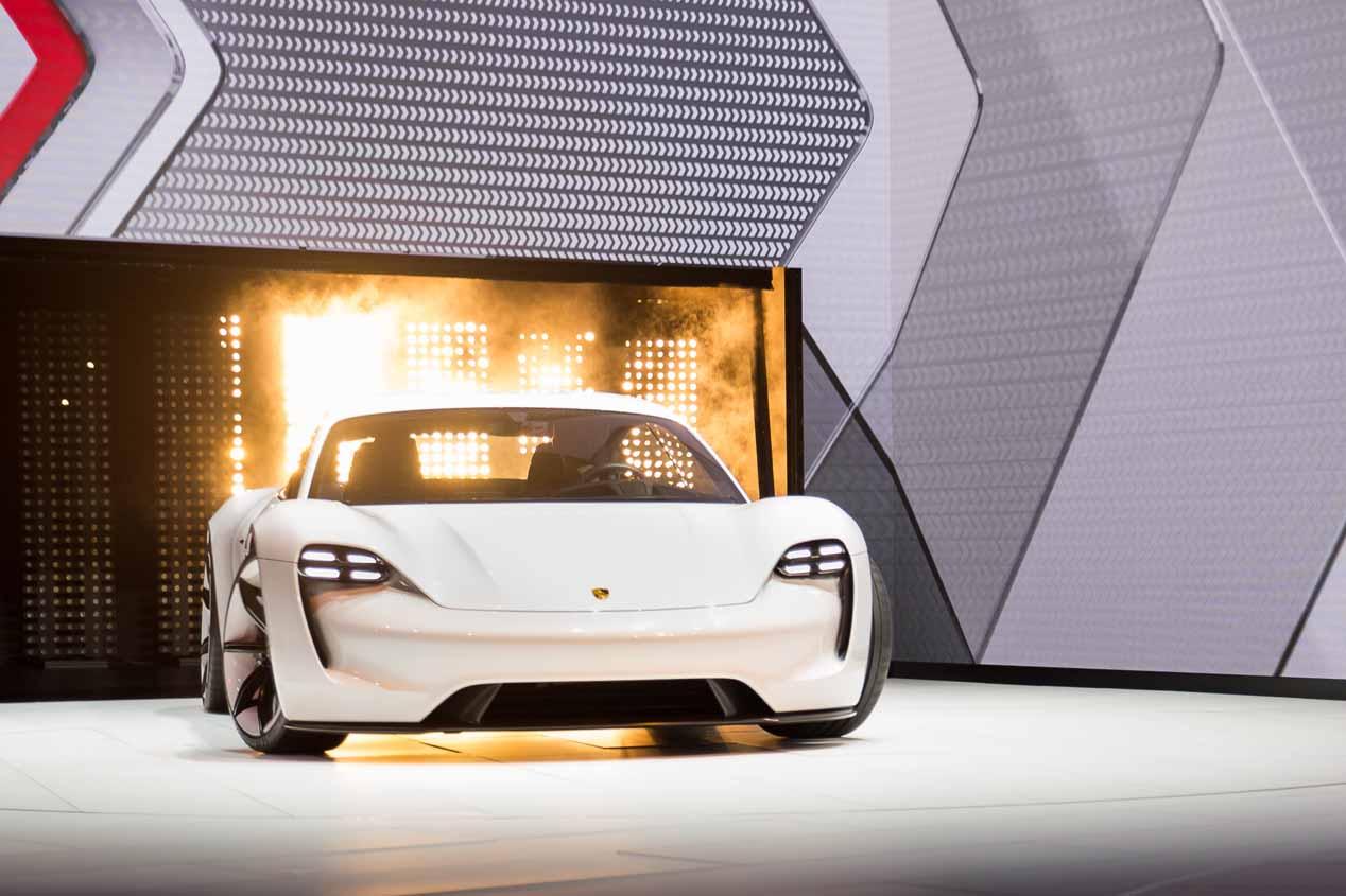 """""""Estamos creando los cimientos para el liderazgo de Porsche en la nueva era de movilidad eléctrica"""", dice la información de Porsche sobre su nueva planta de motores V8"""