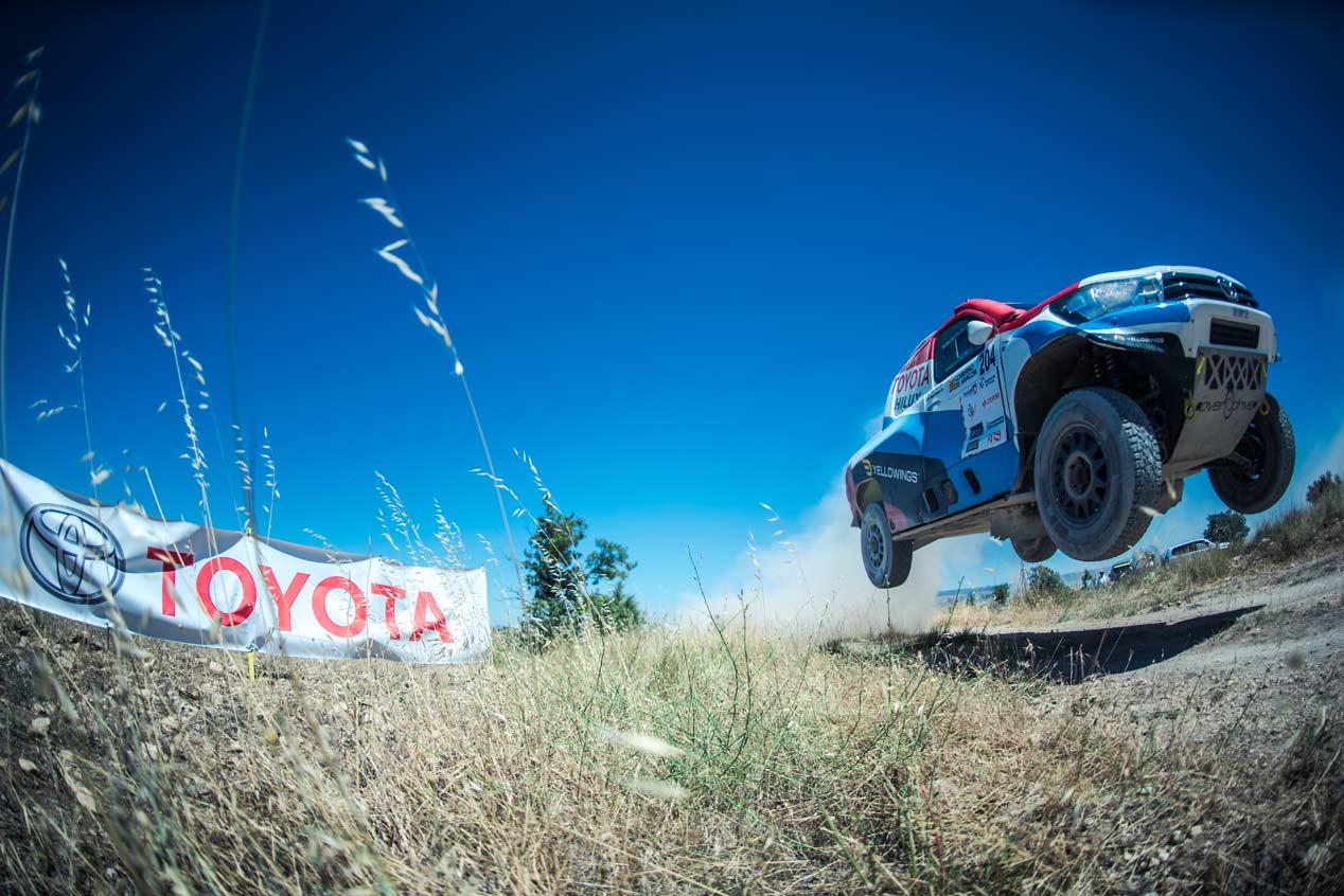 Una vuelta de copilotos en el nuevo Toyota Hilux de Nani Roma