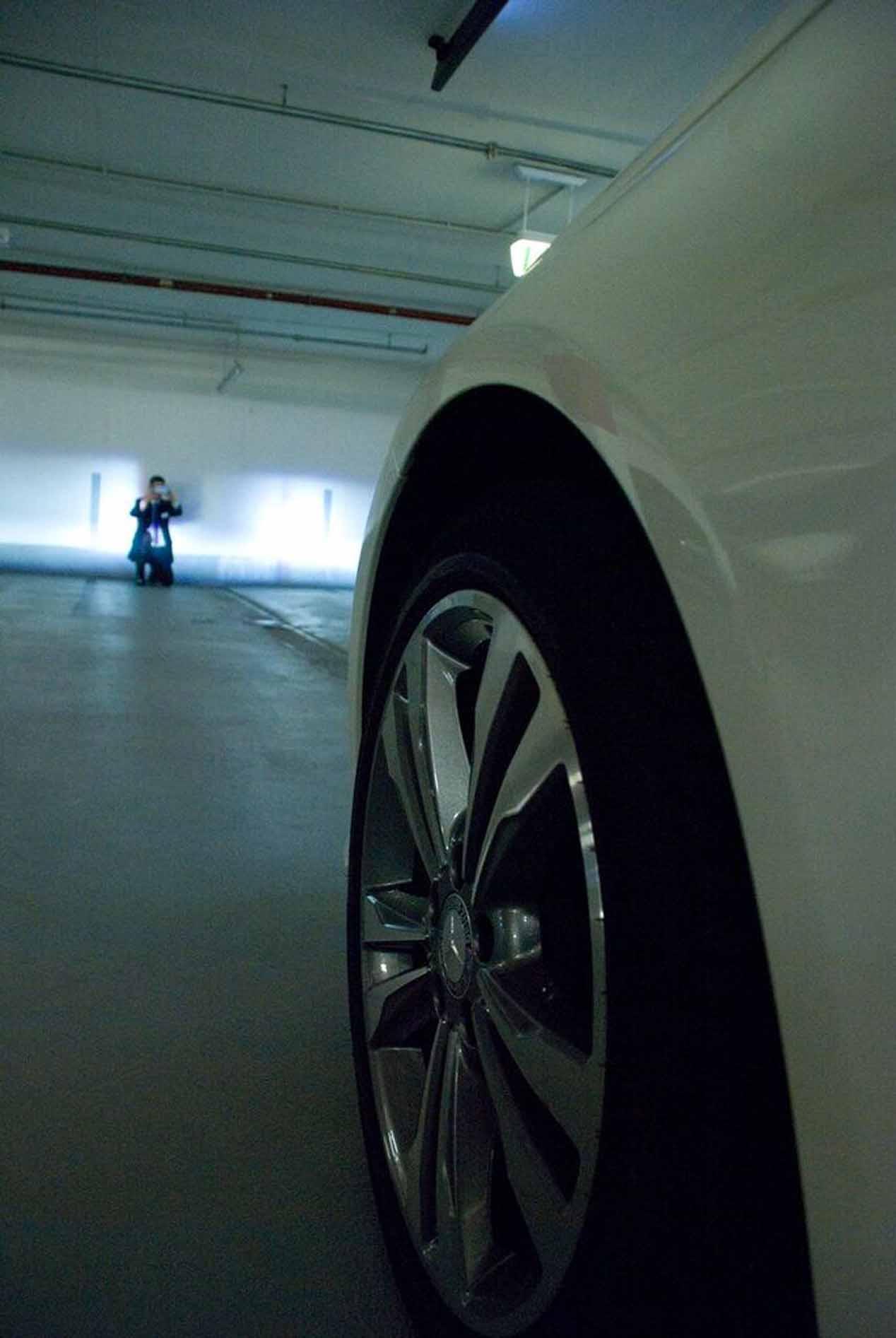 Los faros adaptativos HD de led, con su alta resolución, detectan coches o personas y los enmascaran apagando los puntos de luz implicados para evitar deslumbrar al peatón.