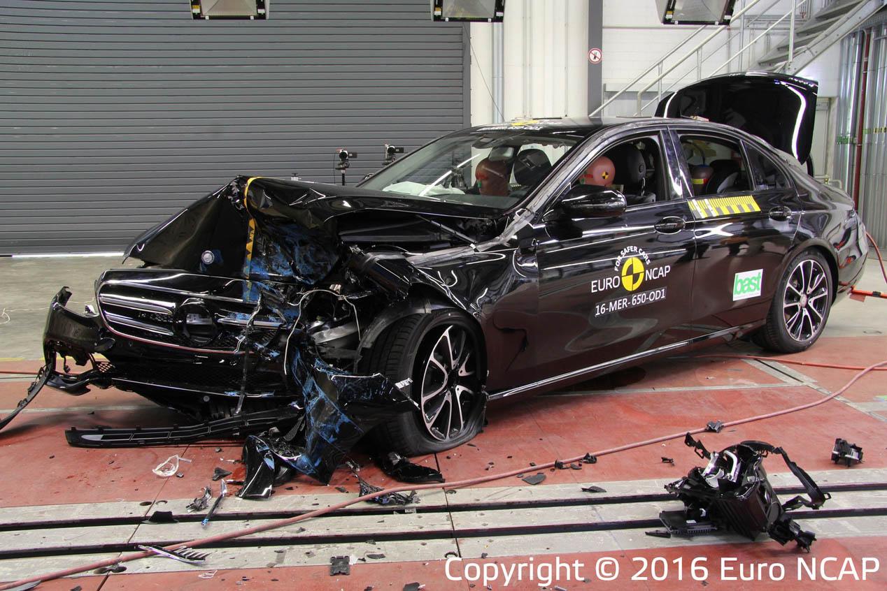 Pruebas de choque: Mercedes Clase E y Peugeot 3008