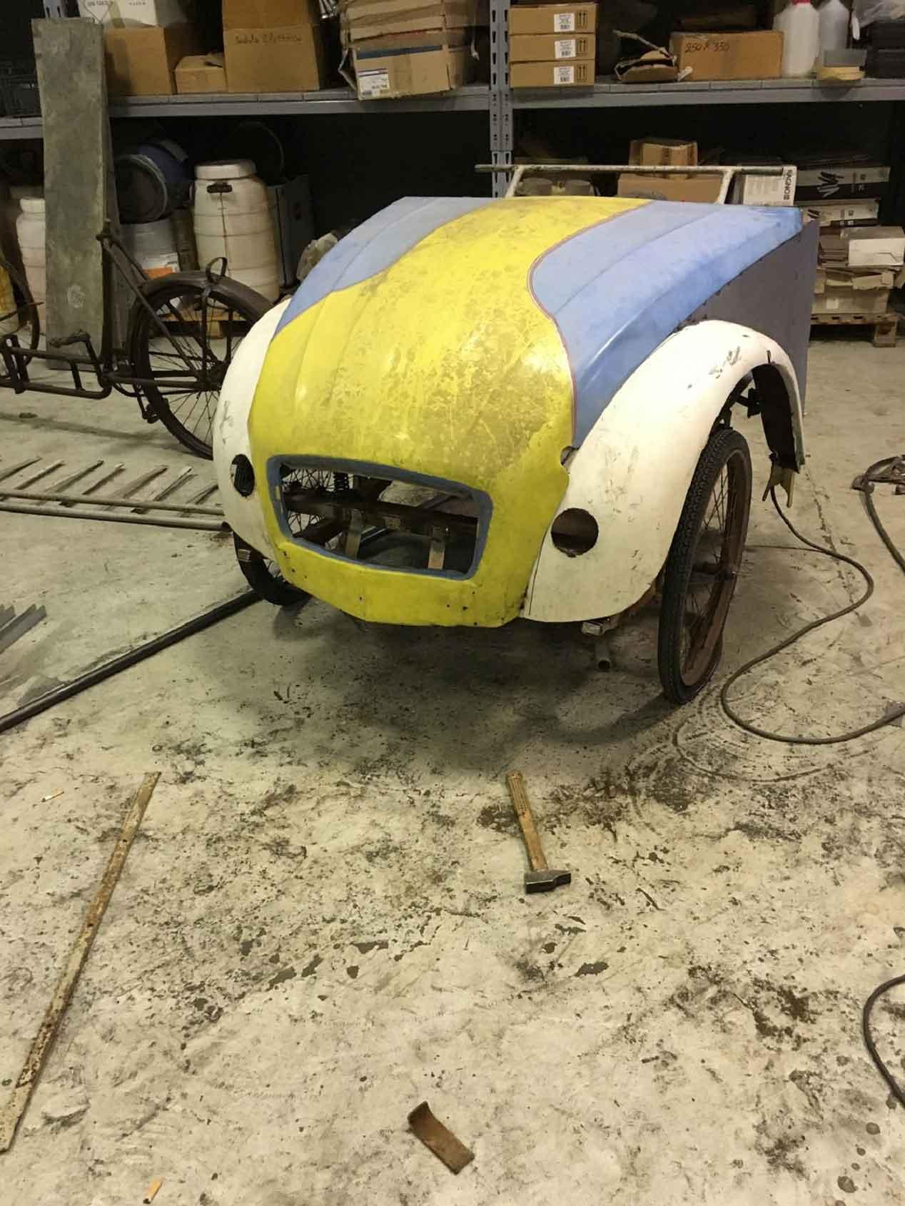 Un Citroën 2 CV que se mueve a golpe de pedal