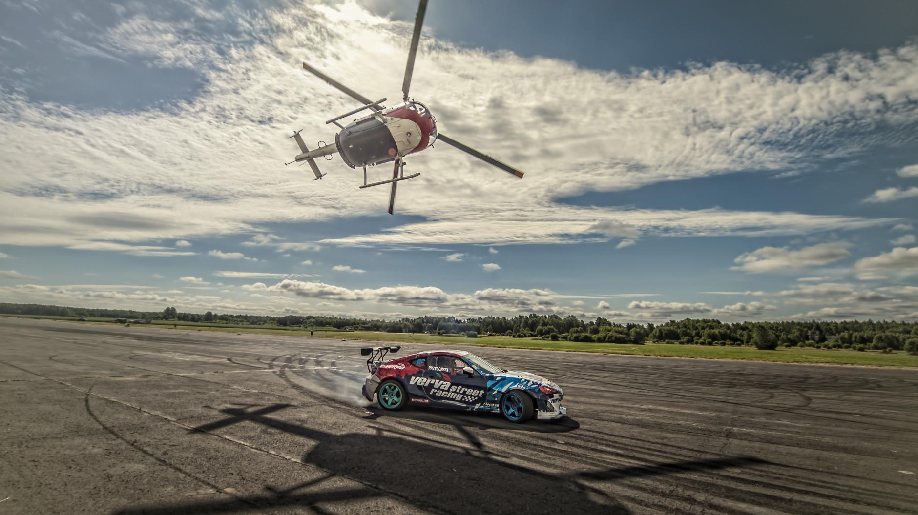 Helicóptero vs. coche de carreras: drifting por tierra y por aire