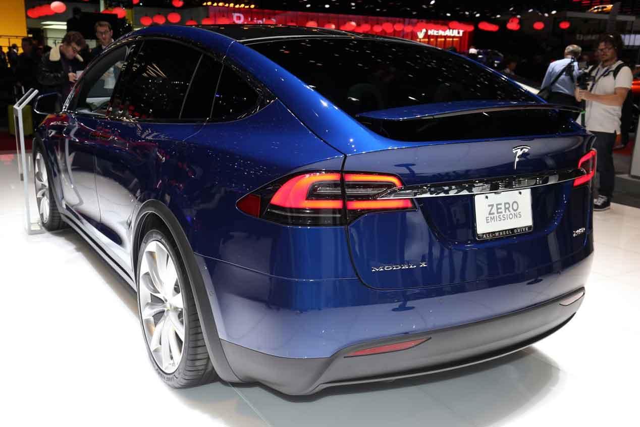 Los propietarios de coches Tesla tendrán descuentos si usan la conducción autónoma