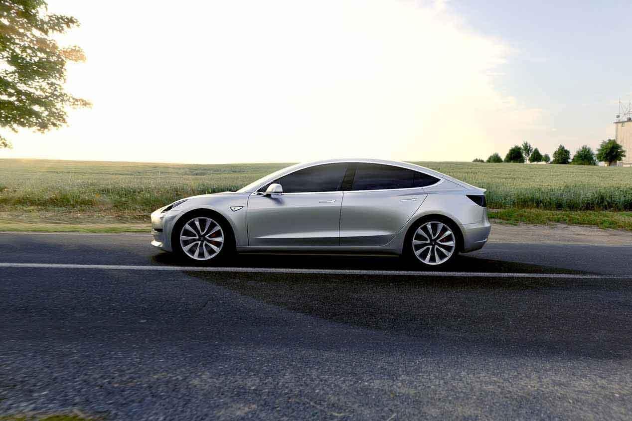Elon Musk prueba su nuevo coche: el Tesla Model 3