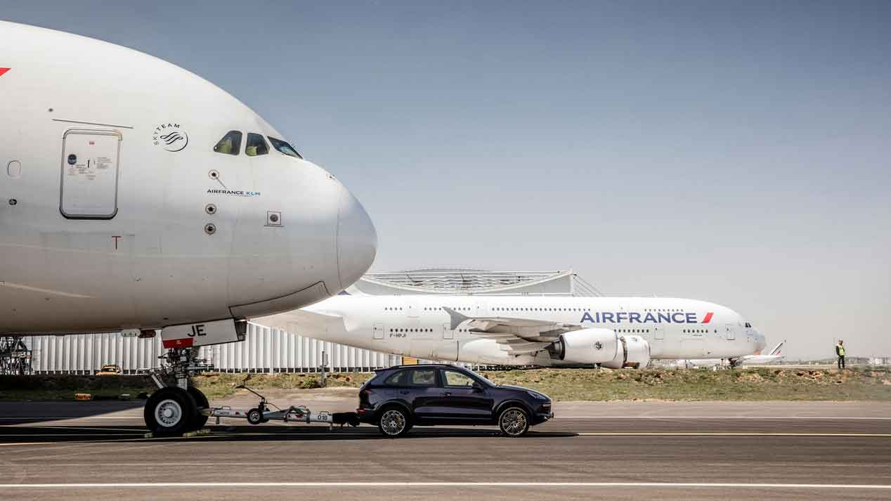 ¿Puede un Porsche Cayenne remolcar un avión de 285 toneladas?