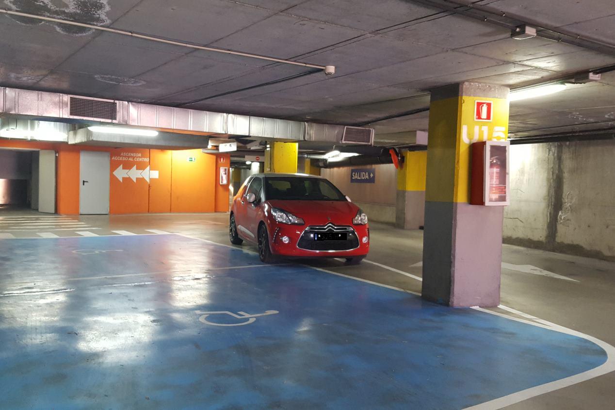 Conductas incívicas: coches mal aparcados