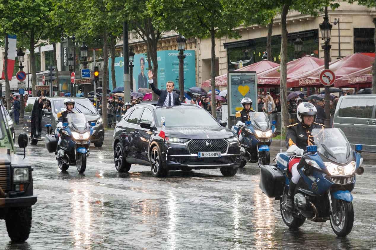 El nuevo presidente francés desfila ante los ciudadanos en un DS 7 Crossback