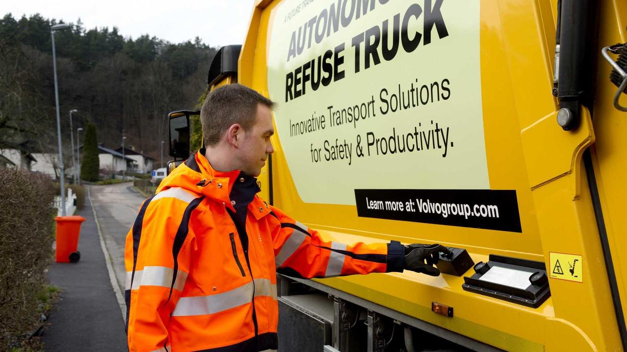 Un camión que recoge la basura de forma autónoma