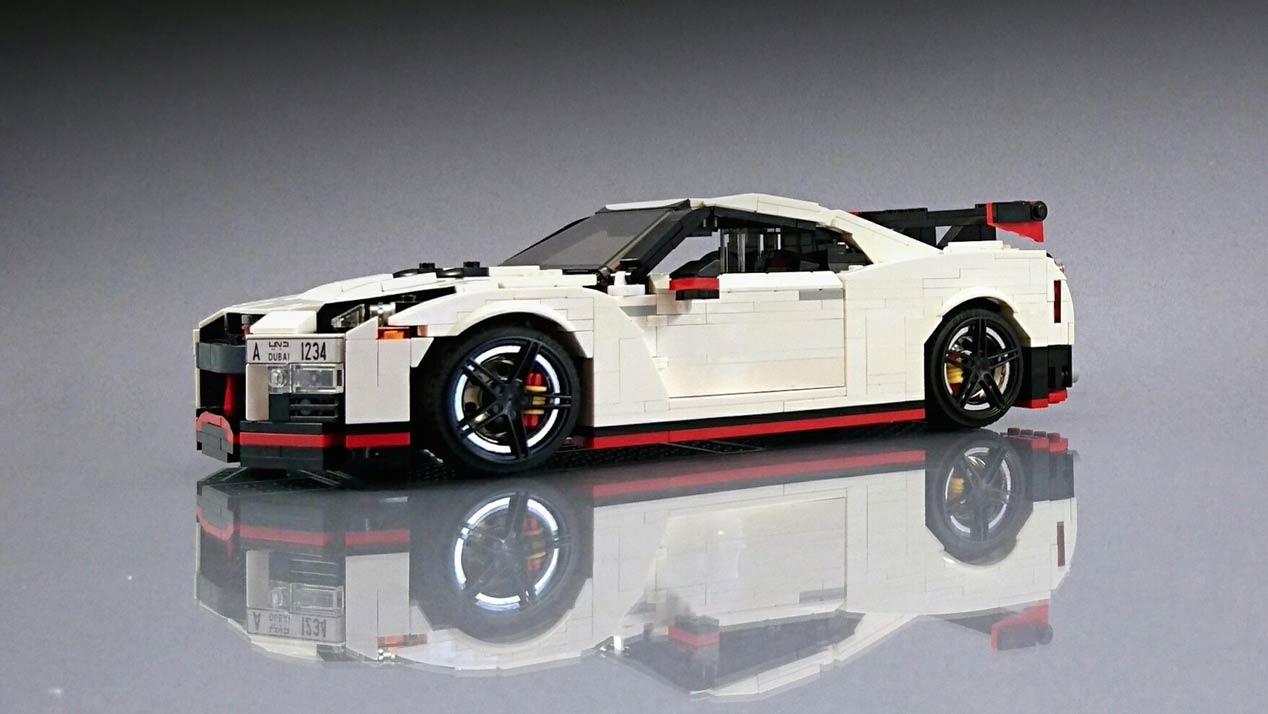 Un Nissan GT-R Nismo a escala con piezas de Lego