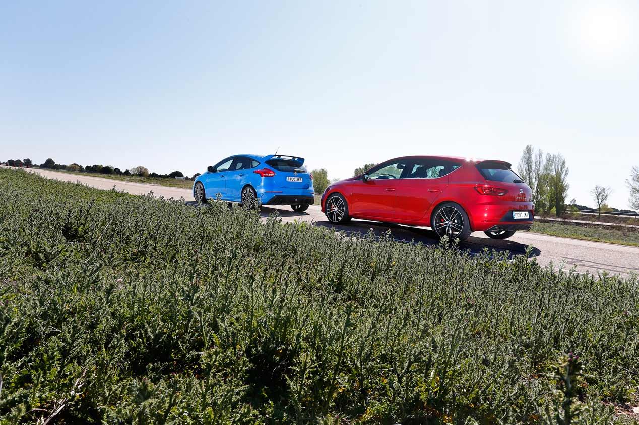Duelo de compactos deportivos: Ford Focus RS vs Seat León Cupra