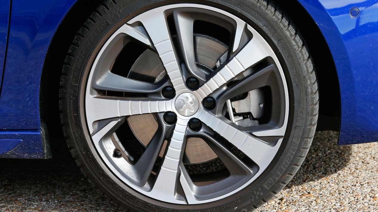 Comparativa: Peugeot 308 2.0 BlueHDi EAT8 vs VW Golf 2.0 TDI GTD DSG