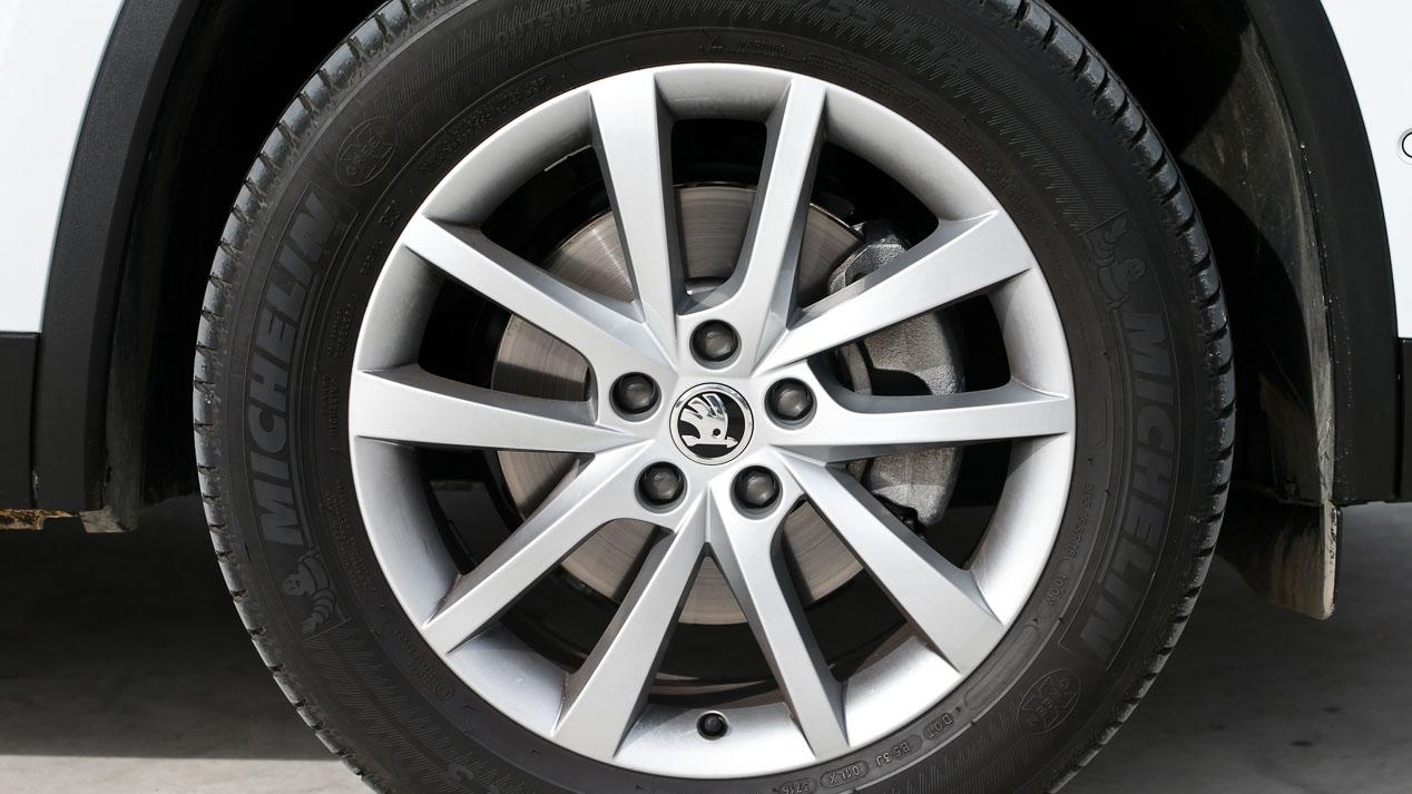 Las ruedas y las llantas de los nuevos coches y SUV
