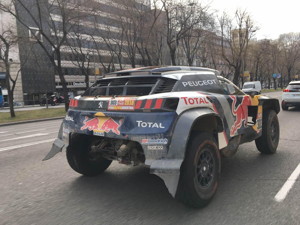 Carlos Sainz y su Peugeot del Dakar, por las calles del Madrid