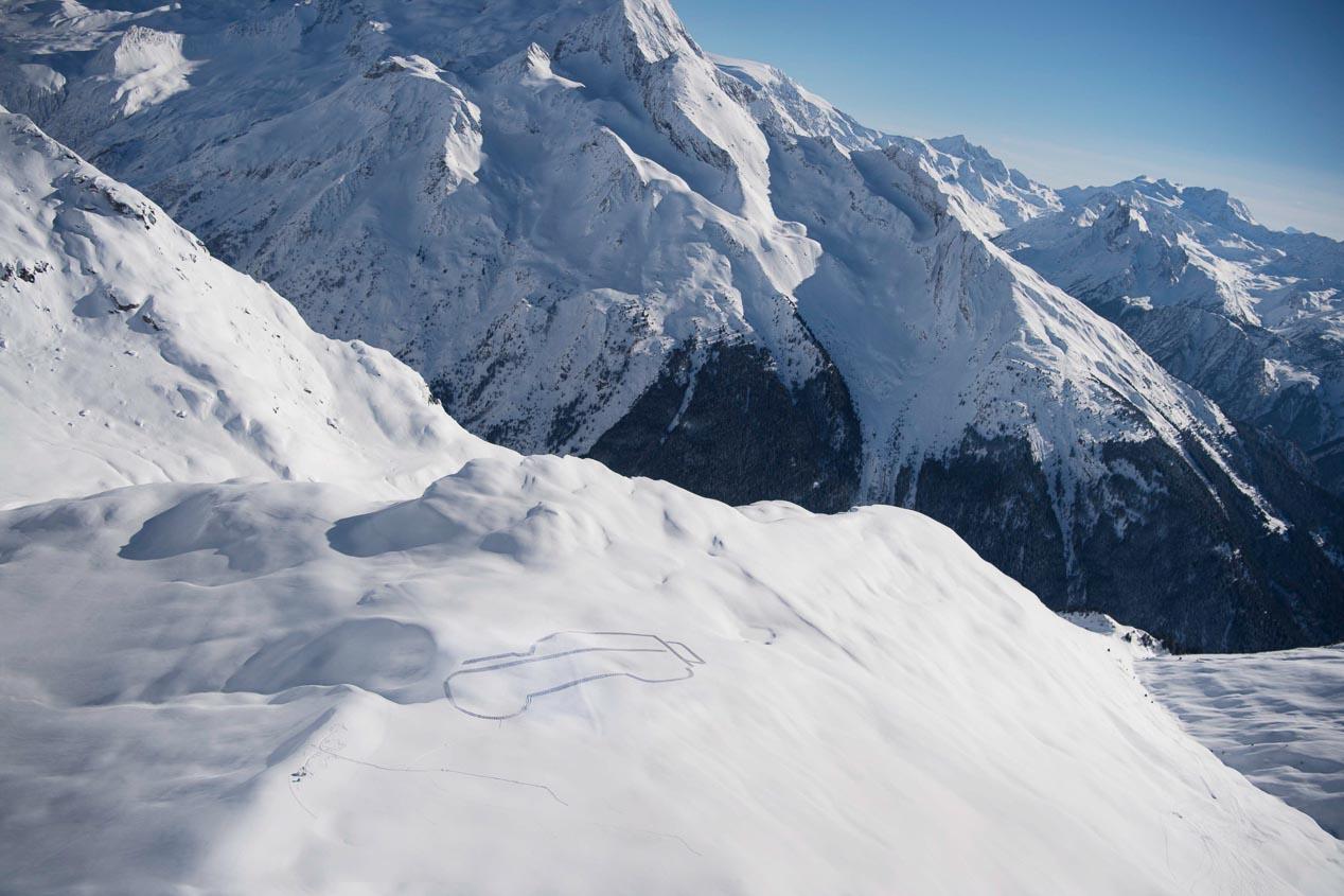 Silueta del Land Rover Defender en los Alpes franceses por los 70 años de la marca