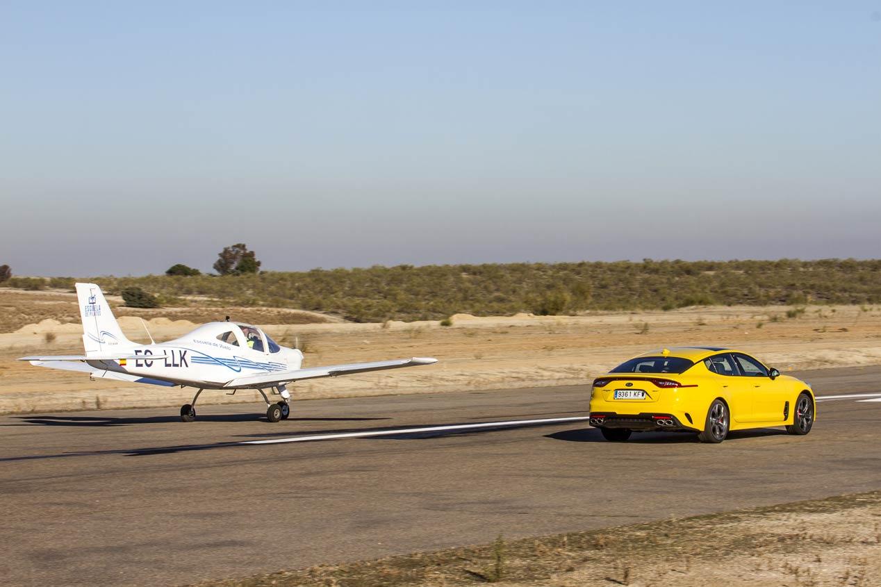 Duelo de altos vuelos: Kia Stinger GT frente a Tecnam P2002 Sierra