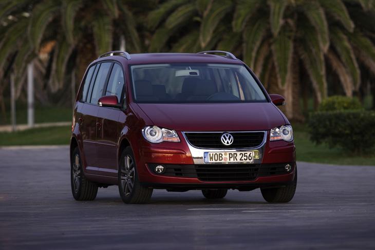 Volkswagen Touran: incorpora la nueva parrilla cromada.