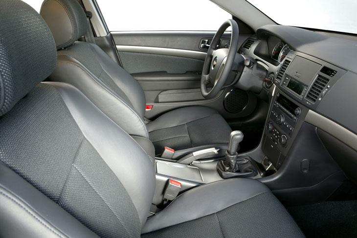 La posición del conductor es adecuada gracias a las regulaciones electrónicas del asiento y manuales en altura y profundidad del volante.