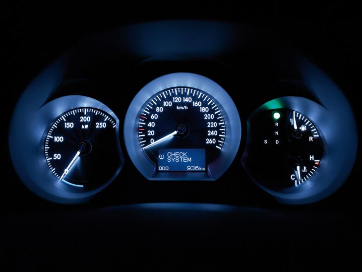 Como novedad, estrena un reloj que indica la entrega de potencia del motor.