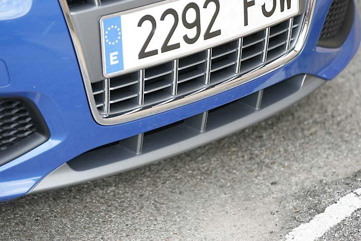 El faldón delantero y de distinto color es uno de los pocos detalles que lo diferencian