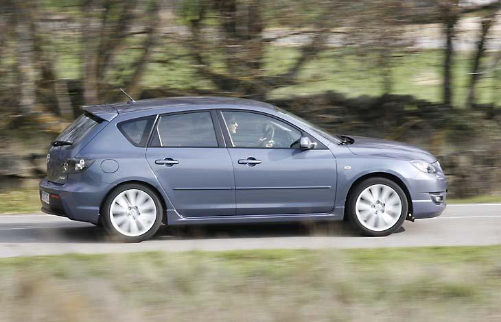 Por fuera son pocos los detalles que le diferencian de un Mazda3 normal