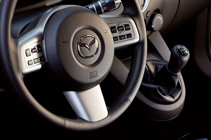 El volante del nuevo Mazda2 no es regulable en profundidad