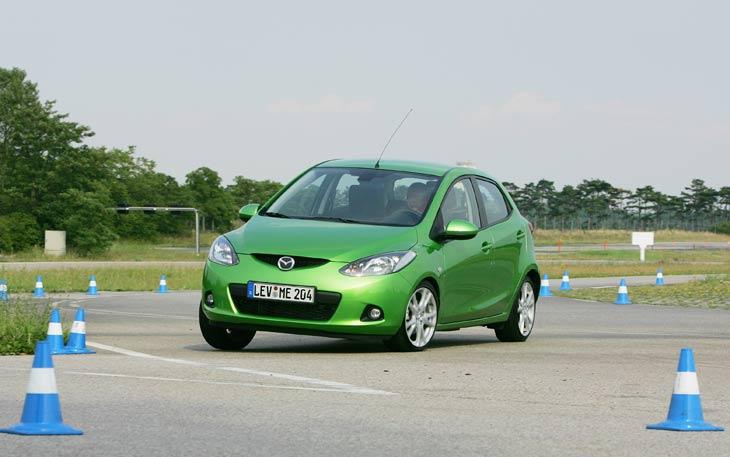 El nuevo Mazda2 resulta más compacto que sus rivales europeos: Renault Clio, Peugeot 207 y Fiat Grande Punto