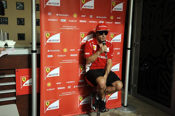 Fernando Alonso atiende a los medios en la jornada de jueves en Bahrein
