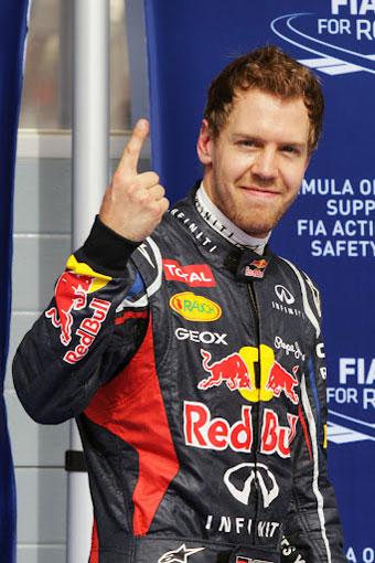 Vettel hizo su primera 'pole' de la temporada y volvió a sacar a relucir su ya famoso dedo