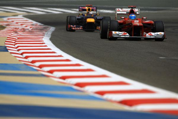 Sebastian Vettel, siguiendo a Fernando Alonso bajo el calor de Bahrein