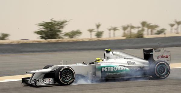 El ganador del último Gran Premio, Nico Rosberg, blocando la rueda delantera izquierda de su Mercedes