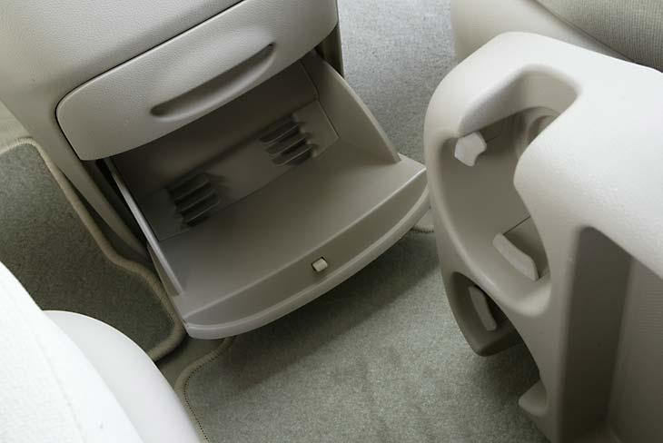 La bandeja que se encuentra entre los asientos delanteros puede también abatirse para ganar espacio.