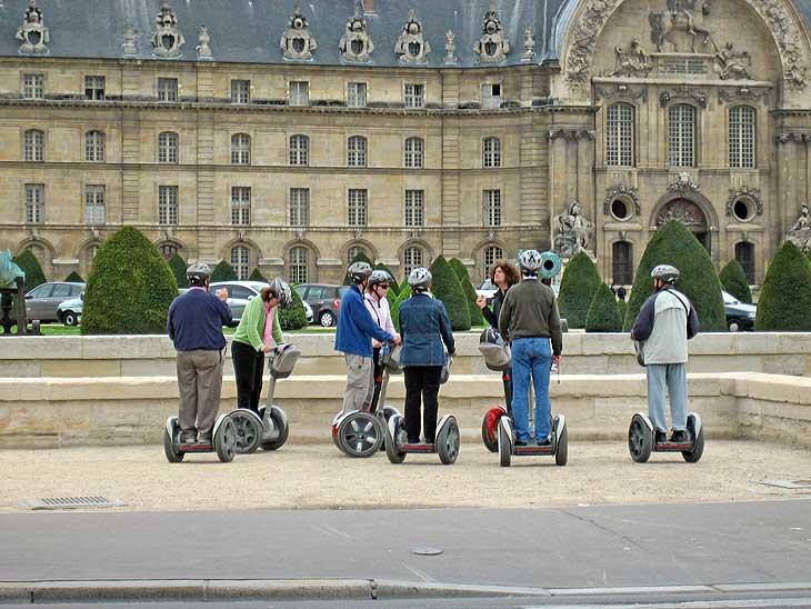 Se ponen de moda las rutas turísticas en Segway: en la imagen, París.