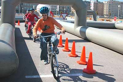 El niño también asume el papel de un ciclista.