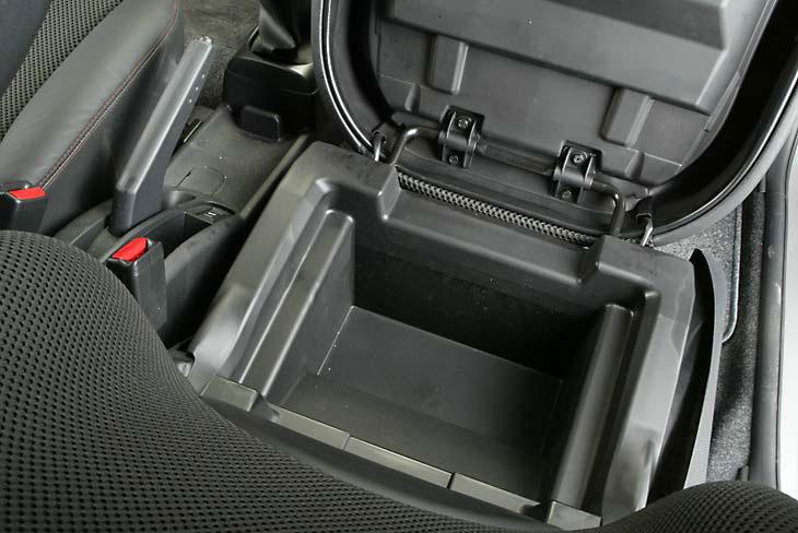 Nos gusta: cofre oculto en el asiento delantero. El bolso ya no queda a la vista.