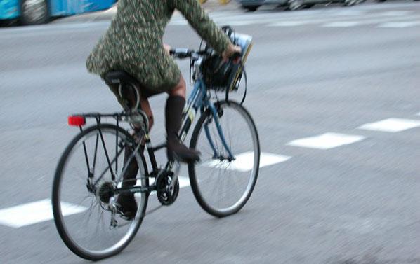 Una conductora atropella y agrede a un ciclista