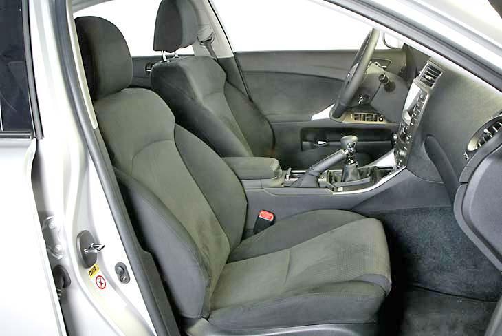 Los asientos delanteros son cómodos y deportivos.