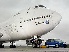 Un Touareg arrastra un Boeing 747