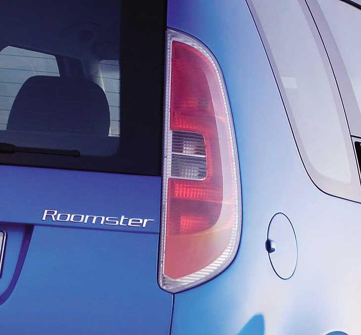 El Roomster presenta unos característicos faros traseros en forma de C.