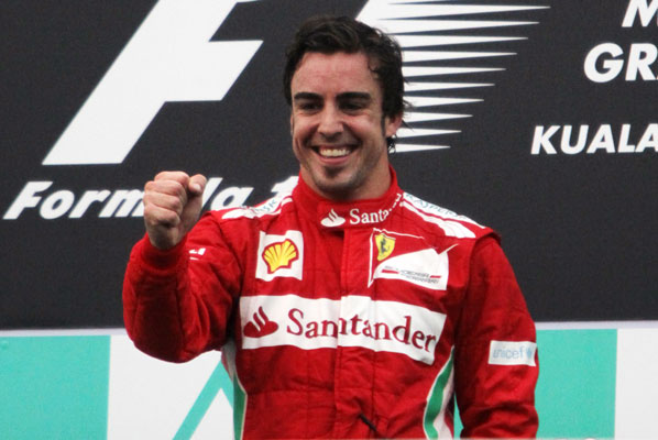 Alonso reina en Sepang y es líder del Mundial