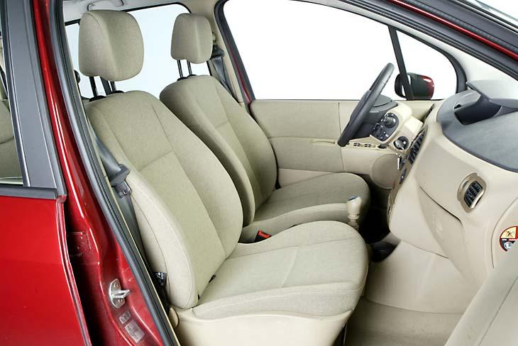 Los asientos de las plazas delanteras son cómodos, aunque no sujetan como debieran nuestro cuerpo.