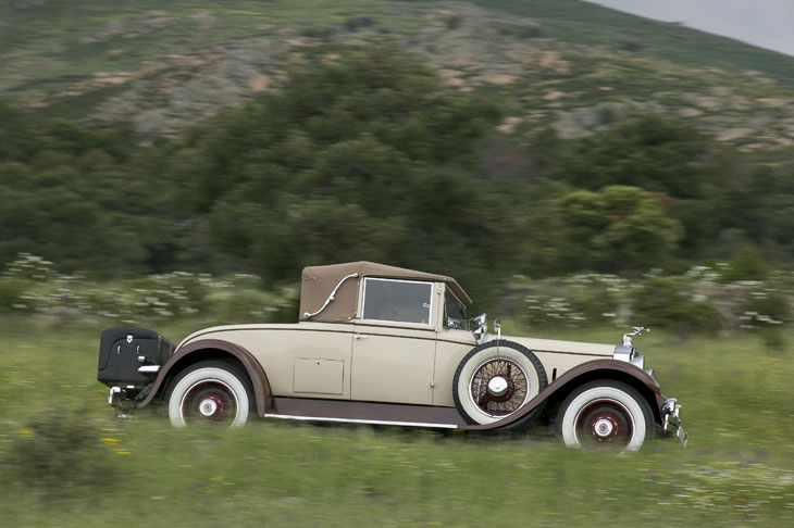 El Packard Custom Eight alcanza los 100 km/h en carretera.