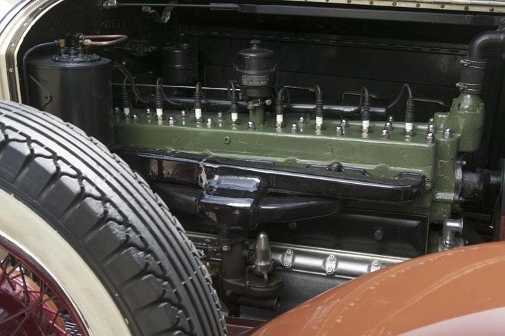 El Packard Custom Eight posee un motor de ocho ciclindros con nueve puntos de apoyo.