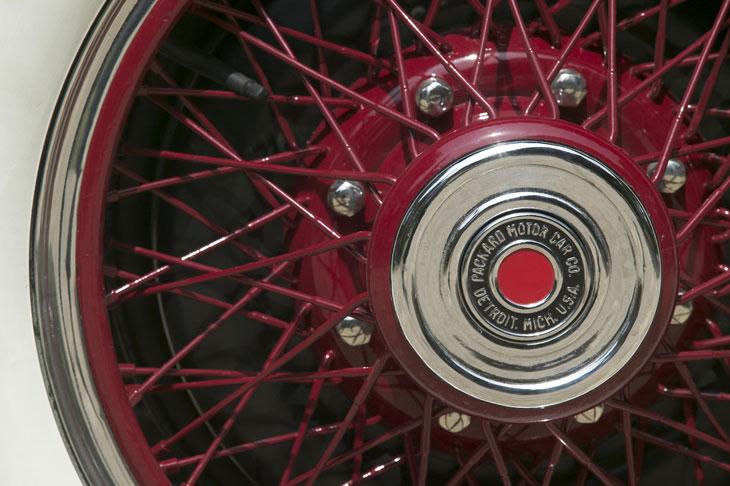Altas ruedas de radios cromadas en color granate.
