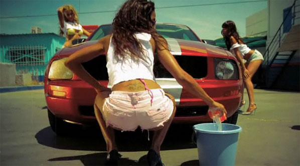 La forma más sexy de lavar un coche