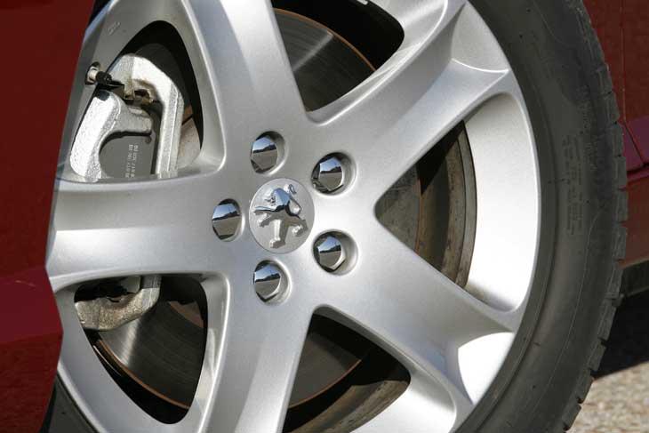 Incluye nuevas ruedas de 215/55 sobre llantas de 17 pulgadas.
