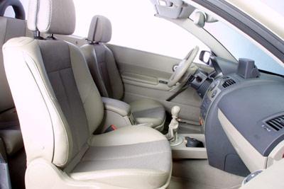 Los asientos delanteros van situados un poco altos